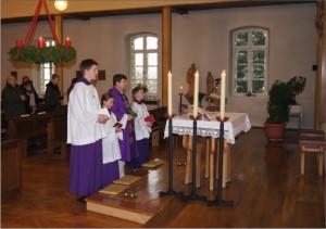 Ministranten mit Priester am Altar
