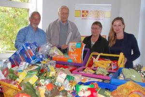 Wolf Jezewski, Alexander Paul, Pfarrer i. R. und Elona Maly übergaben an Alies Domaschke (v. li.) die Spenden. Foto: Wolodschenko
